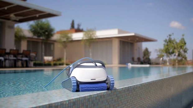 comparaison des robots de piscine dolphin s200 et s300i. Black Bedroom Furniture Sets. Home Design Ideas